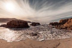 洗涤在Ostriconi上的波浪在可西嘉岛的Balagne地区靠岸 库存照片