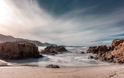 洗涤在Ostriconi上的波浪在可西嘉岛的Balagne地区靠岸 免版税图库摄影