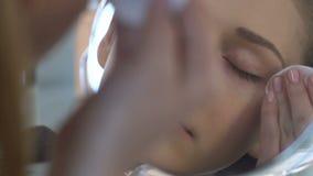 洗涤染睫毛油,构成的少妇去除在睡眠护肤惯例前 影视素材