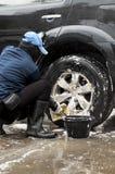 洗涤汽车的一个人 免版税库存照片