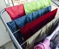 洗涤物和干燥晒衣架 免版税库存照片