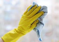洗涤的视窗 在窗口背景的手 库存图片