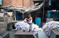 洗涤衣裳的工作者在Dhobi Ghat在孟买,马哈拉施特拉,  免版税图库摄影