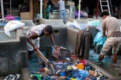 洗涤衣裳的工作者在Dhobi Ghat在孟买,马哈拉施特拉,  免版税库存照片