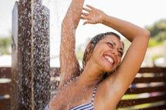 洗澡的美丽的少妇外面 库存图片