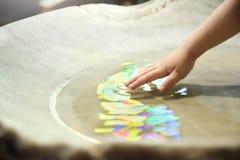 洗礼仪式庆祝 洗礼堆和一只手用神圣的水在教会里 空的拷贝空间 免版税库存照片