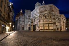 洗礼池和圣玛丽亚在夜照明的del菲奥雷大教堂的看法  佛罗伦萨意大利 库存照片