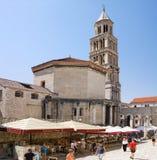 洗礼池和钟楼在分裂的,克罗地亚Diocletian宫殿 免版税图库摄影