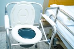 洗脸台椅子或流动洗手间能移动卧室或到处为年长老人或患者 免版税图库摄影