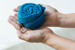 洗脸毛巾滚动的设计在手边 库存图片