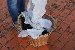 洗衣店天,做家庭洗涤物的妇女 免版税图库摄影