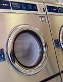 洗衣店洗衣机运行中 免版税库存图片