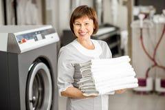 洗衣店的资深洗衣妇 免版税库存照片