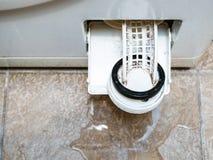 洗衣机和水水坑开放过滤器  图库摄影
