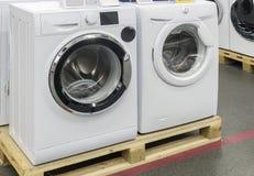 洗衣机在商店被卖 免版税库存照片