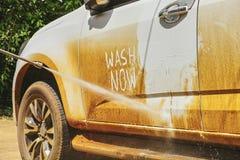 洗车以在家洗涤汽车的水压擦净剂 免版税库存照片