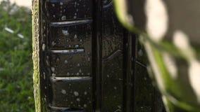 洗车灰色肮脏的红色刷子水 股票视频