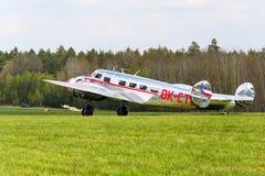 洛克希德Electra 10A葡萄酒飞机为在机场的飞行做准备 库存照片