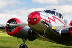 洛克希德Electra 10A葡萄酒飞机为在机场的飞行做准备 免版税库存照片