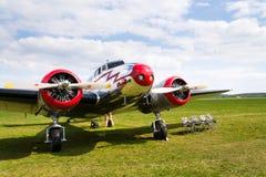洛克希德Electra 10A葡萄酒飞机为在机场的飞行做准备 库存图片