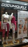 洛娜珍妮零售店窗口显示 免版税库存照片