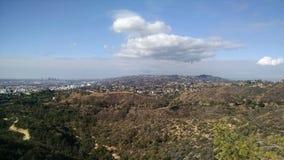 洛杉矶加利福尼亚山顶视图有森林和轻的云层的 免版税库存照片
