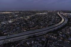 洛杉矶夜105高速公路天线 图库摄影