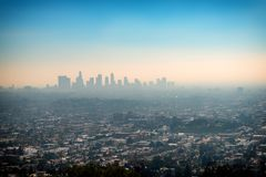 洛杉矶的街市摩天大楼大厦和郊区从Gr的 库存图片