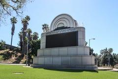 洛杉矶,加利福尼亚,美国04 01 2017年在N高地大道和帕特穆尔途中的好莱坞露天剧场标志 免版税库存照片