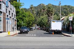 洛杉矶,加利福尼亚,美国03 31 2017年日落大道和N山脉与好莱坞Hills的Bonita大道在背景中 免版税库存图片