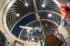 洛杉矶,美国- 2016年12月:12英寸蔡司折光式望远镜的一个惊人的看法在格里菲斯观测所的 库存图片
