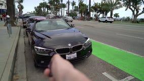 洛杉矶,美国- 2019年5月11日:打开敞篷车汽车的人 股票录像