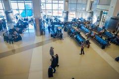 洛杉矶, EEUU, 2018年1月, 29日:坐在椅子的未认出的人民等在机场里面 免版税库存照片