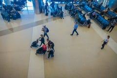 洛杉矶, EEUU, 2018年1月, 29日:坐在椅子的未认出的人民等在机场里面 图库摄影
