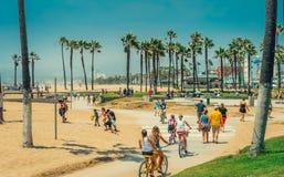 洛杉矶/California/USA - 07 22 2013年:乘坐在自行车轨道的自行车的人们 免版税库存图片