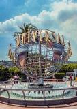 洛杉矶/California/USA - 07 19 2013年:在圆的金属雕塑的环球影业标志 图库摄影