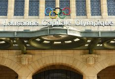 洛桑,瑞士- 2017年6月05日:奥林匹克圆环和词 免版税库存照片