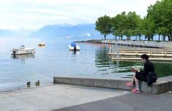 洛桑,瑞士- 2017年6月05日:妇女读了书在em 免版税库存照片