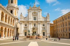 洛雷托省,安科纳,意大利- 8 05 2018年:洛雷托省正方形有背景大教堂在晴天,边的门廓 库存照片