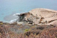 洞和秸杆小屋,在海滩的生活 免版税库存照片