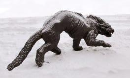 洞狮子的雕塑, Archeopark, Khanty - Mansiysk,俄罗斯位于冰河小山, Archeopark的脚显示栩栩如生的sta 图库摄影