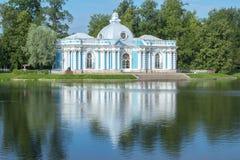 洞穴亭子在凯瑟琳公园在夏天, Tsarskoe Selo,圣彼德堡,俄罗斯 免版税库存图片