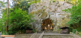 洞穴,是位于波特兰,俄勒冈,美国麦迪逊南区和圣所的一个宽容室外寺庙  库存照片