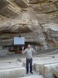 洞Kopt教会的游人在开罗 免版税库存图片