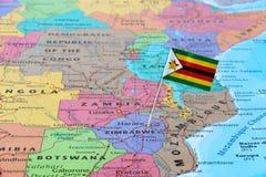 津巴布韦地图和旗子别针 库存图片