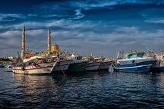 洪加达,埃及, 2017年12月27日:清真寺El麦纳Masjid在洪加达在晴天,从海的看法 库存图片