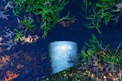 洪水从池塘的溢水管 库存照片