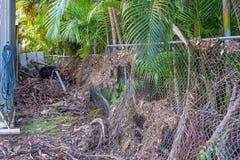 洪水损坏的铁丝网 库存照片