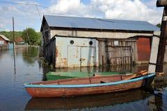 洪水 河Ob,从岸涌现,充斥了城市的郊外 在居民附近房子的小船  库存图片