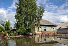 洪水 河Ob,从岸涌现,充斥了城市的郊外 在居民附近房子的小船  库存照片